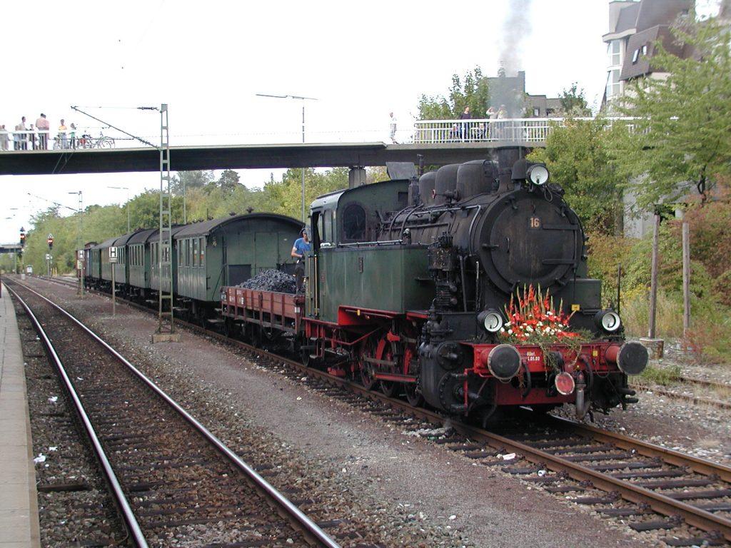 Lediglich der Museumszug Feuriger Elias befährt noch einmal im Monat die komplette Strecke von Weissach nach Korntal (Quelle: RaBoe/Wikipedia, Lizenz: CC-BY-SA-3.0).