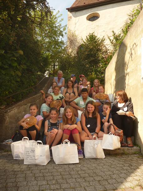 Teilnehmerinnen und Teilnehmer beim Sommerferienprogramm im Backhäusle